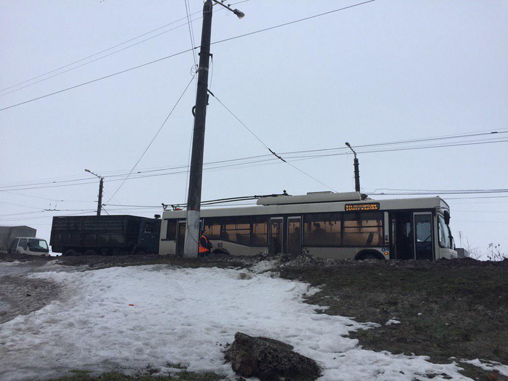 У Кропивницькому вантажівка в'їхала в тролейбус - 1 - За кермом - Без Купюр