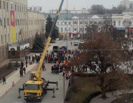 У Кропивницькому комунальники забивали цвяхи ковшем трактора. ФОТО. ВІДЕО