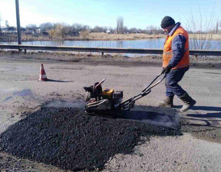 На Кіровоградщині за тиждень полагодили майже 10 тис. кв м аварійних доріг