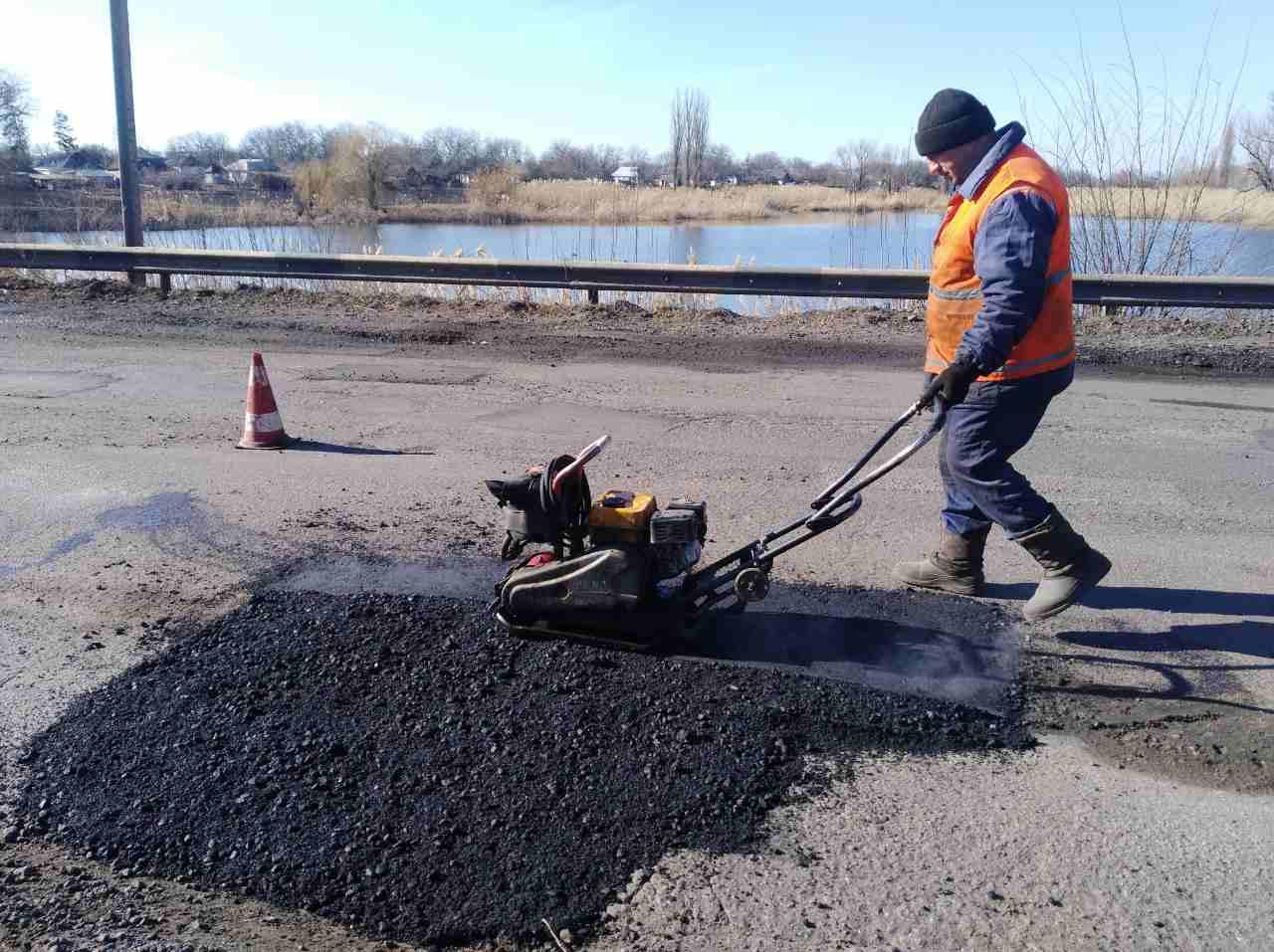 На Кіровоградщині за тиждень полагодили майже 10 тис. кв м аварійних доріг - 1 - За кермом - Без Купюр