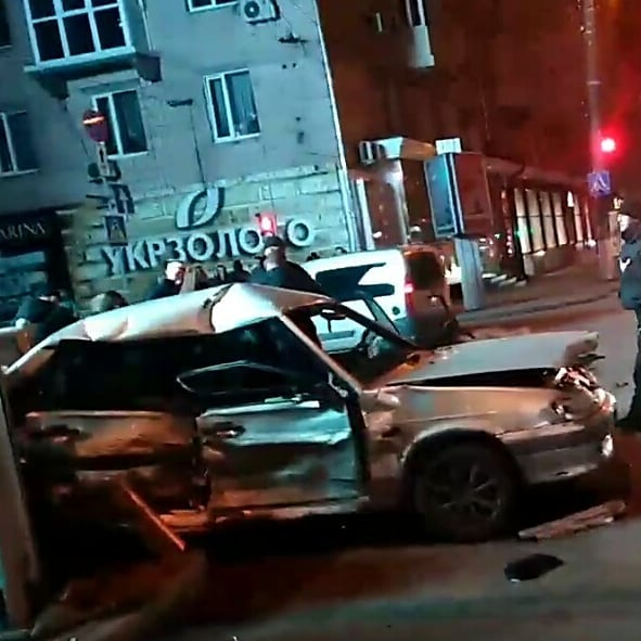 У центрі Кропивницького зіштовхнулись Lexus та ВАЗ. ФОТО - 1 - За кермом - Без Купюр