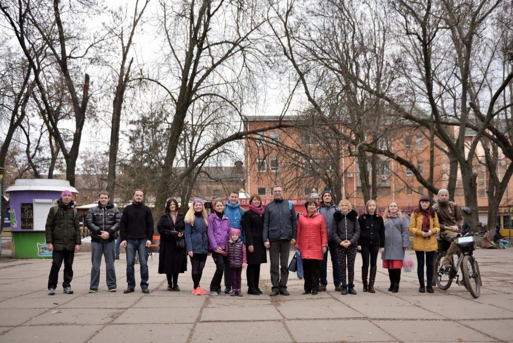 У Кропивницькому фотографувалися біля дерев у Центральному сквері, аби убезпечити їхню вирубку - 2 - Життя - Без Купюр