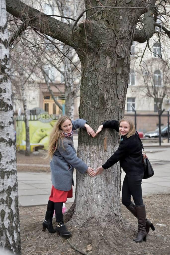 У Кропивницькому фотографувалися біля дерев у Центральному сквері, аби убезпечити їхню вирубку - 4 - Життя - Без Купюр