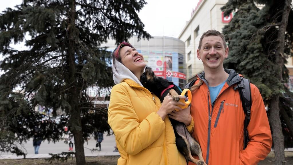 У Кропивницькому фотографувалися біля дерев у Центральному сквері, аби убезпечити їхню вирубку - 1 - Життя - Без Купюр