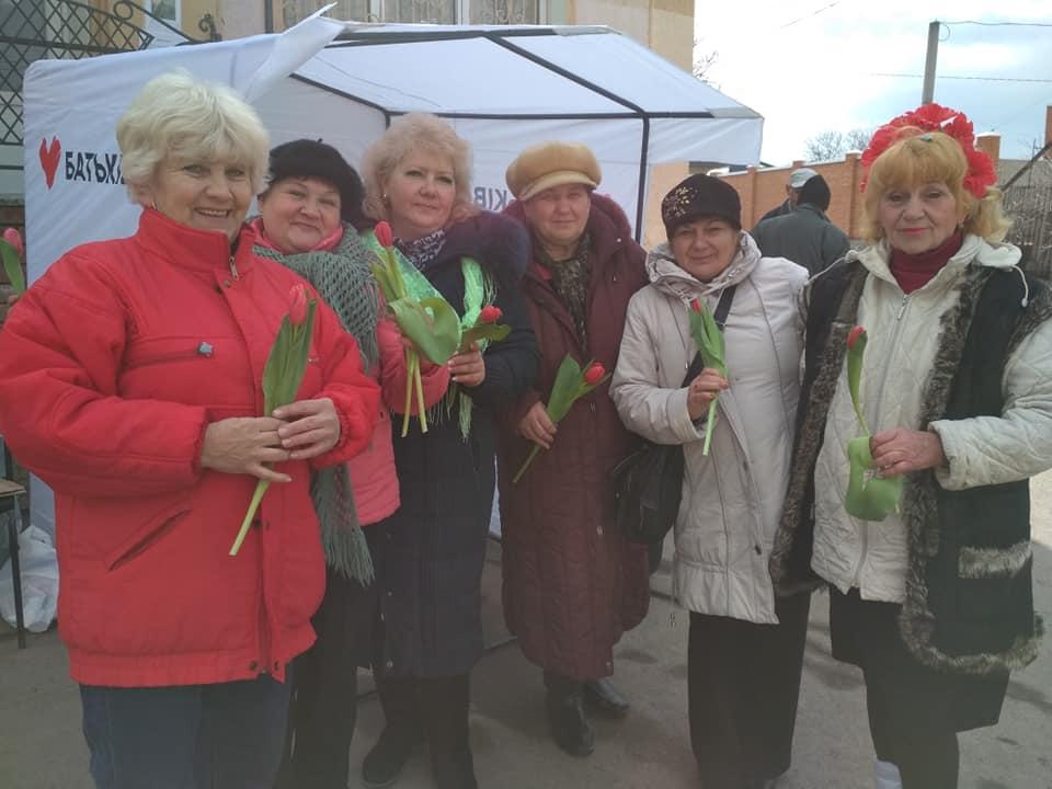 Без Купюр | Вибори | На Кіровоградщині до 8 Березня жінкам роздавали троянди від Ляшка і мімози від Тарути 4