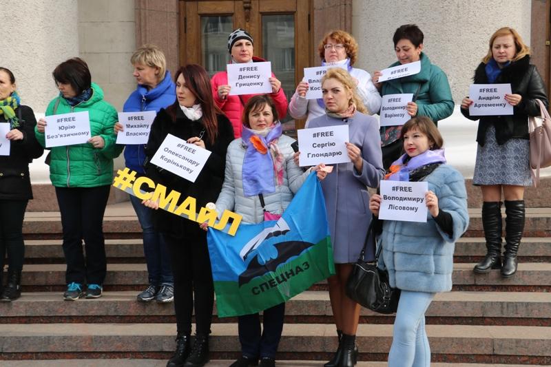 У Кропивницькому влаштували флешмоб на підтримку українських військовополонених. ФОТО - 1 - Події - Без Купюр