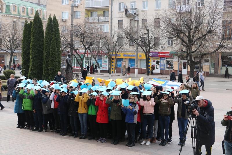 У Кропивницькому влаштували флешмоб на підтримку українських військовополонених. ФОТО - 3 - Події - Без Купюр