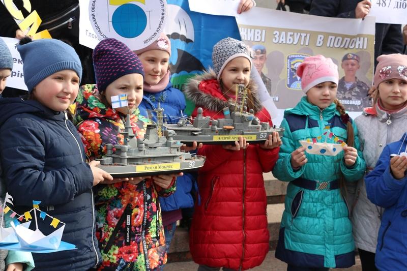 У Кропивницькому влаштували флешмоб на підтримку українських військовополонених. ФОТО - 5 - Події - Без Купюр