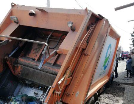 У Кропивницькому сміттєвоз застряг у ямі. ФОТО