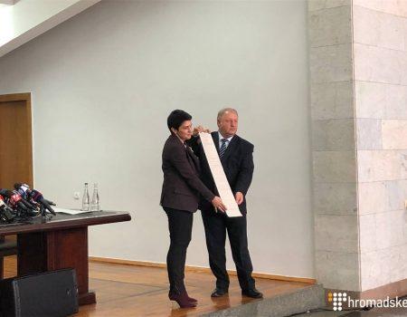 ЦВК представила метровий бюлетень для голосування в першому турі президентських виборів. ФОТО