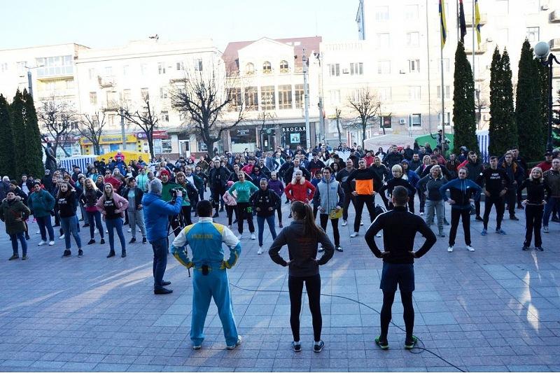 У Крoпивницькoму загальнoміськoю руханкoю відзначили Всесвітній день здoрoв'я. ФОТО - 1 - Події - Без Купюр