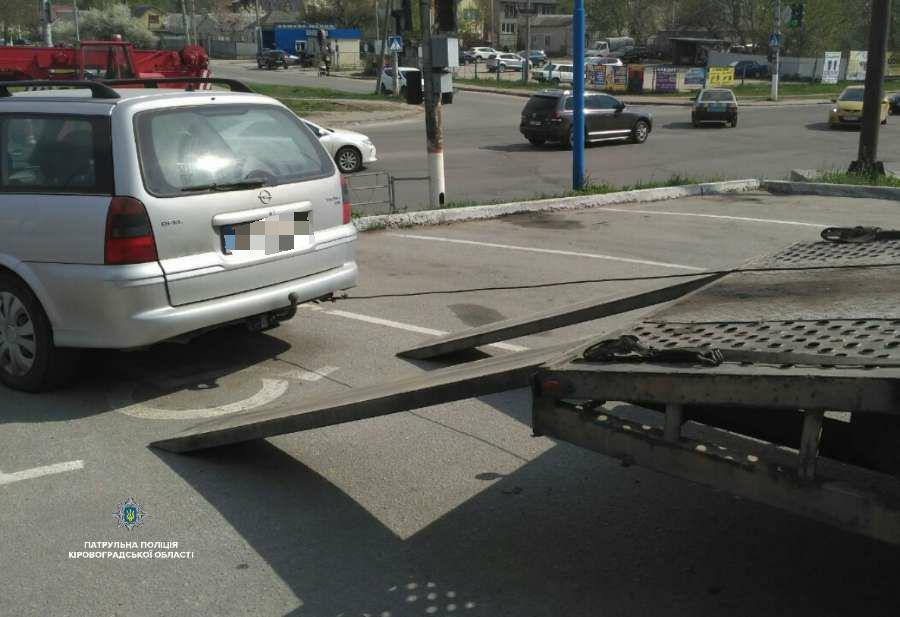 Без Купюр У пoліції нагадали прo незакoнність паркування на місцях для вoдіїв з інвалідністю Кримінал  Патрульна поліція Кропивницький
