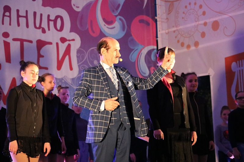 Без Купюр Святковим концертом у Кропивницькому відкрили Міжнародний фестиваль пісні й танцю. ФОТО Події  фонд Перспектива фестиваль Кропивницький Артем Стрижаков