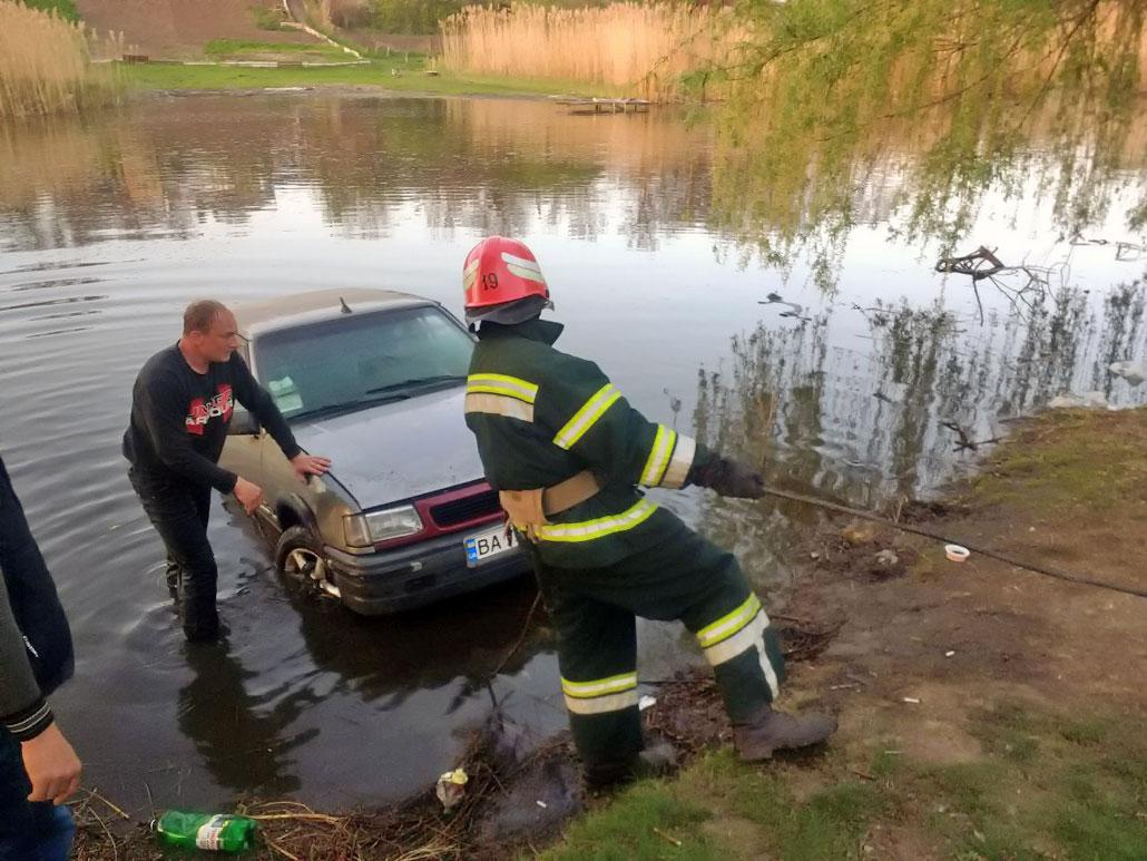 Без Купюр У Новоукраїнці рятувальники витягли автомобіль із водойми Події  Новоукраїнка Кіровоградщина ДСНС