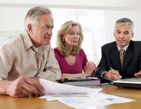 Чи виплачується вихідна допомога вивільненому працівнику-пенсіонеру?