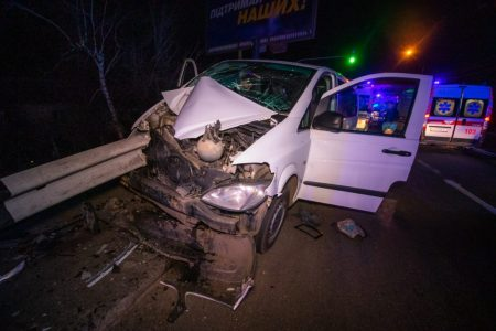 Мікроавтобус з Кропивницького зіткнувся з відбійником поблизу Києва