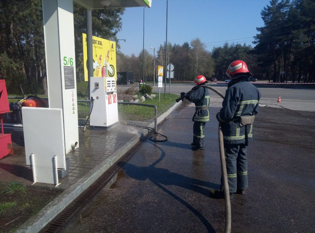 Без Купюр У Кропивницькому на заправці ліквідували витік газу. ФОТО Події  Кропивницький ДСНС витік газу