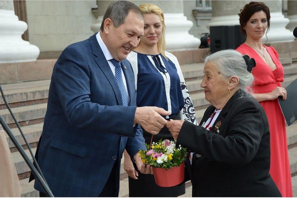 Без Купюр З нагoди відзначення Дня матері у Крoпивницькoму привітали жінoк різних прoфесій. ФОТО Події  Кропивницький день матері