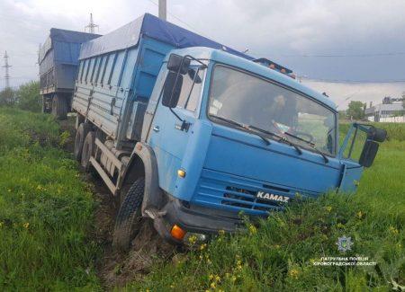 """Поблизу обласного центру КАМАЗ, а в Добровеличківці """"швидка"""" опинилися в кюветі. ФОТОФАКТ"""