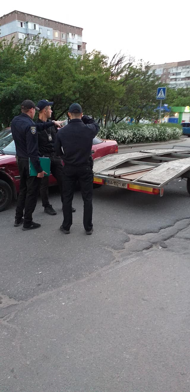 У Кропивницькому п'яний водій, тікаючи від патрульних, в'їхав в евакуатор. ФОТО - 2 - За кермом - Без Купюр