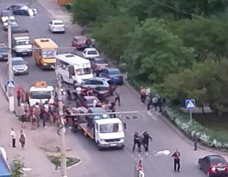 У Кропивницькому п'яний водій, тікаючи від патрульних, в'їхав в евакуатор. ФОТО