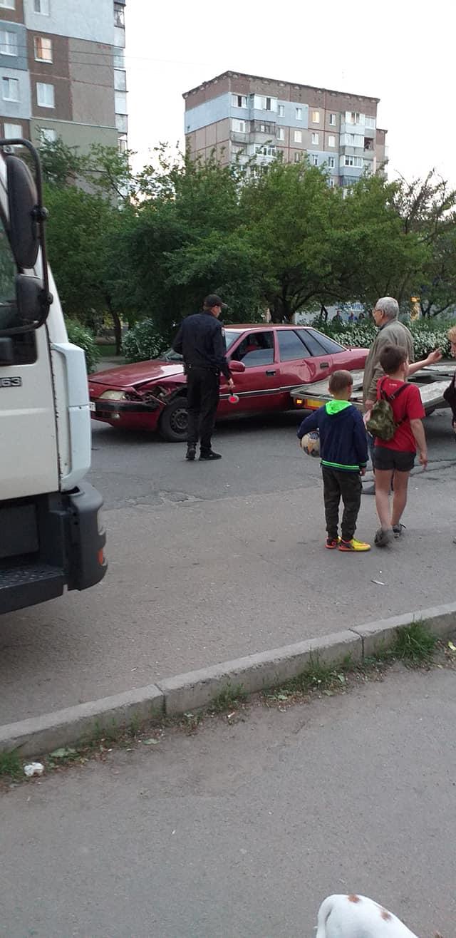 Без Купюр У Кропивницькому п'яний водій, тікаючи від патрульних, в'їхав в евакуатор. ФОТО За кермом  Патрульна поліція п'яний водій Кропивницький Mercedes Benz Daewoo