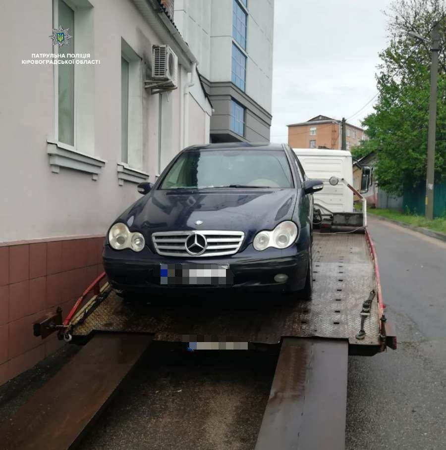 "Патрульні забрали на штраф-майданчик ""Mercedes-Benz"", неправильно припаркований у Кропивницькому. ФОТО - 2 - За кермом - Без Купюр"