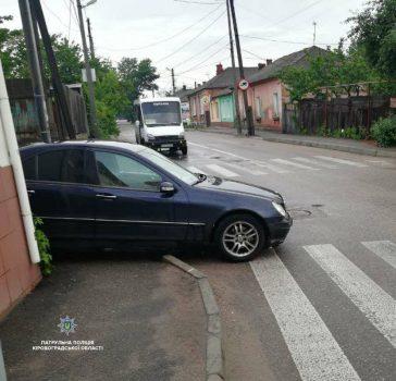 "Патрульні забрали на штраф-майданчик ""Mercedes-Benz"", неправильно припаркований у Кропивницькому. ФОТО"