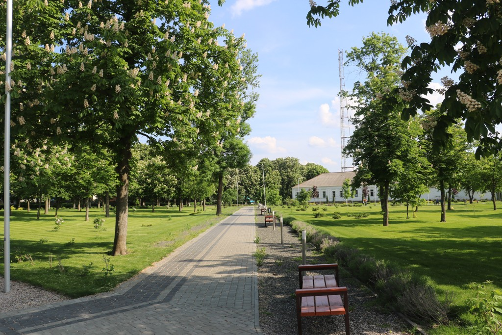 Без МАФів на клумбах і дерев-обрубків: у Новомиргороді зробили європейський парк. ФОТО - 6 - Децентралізація - Без Купюр