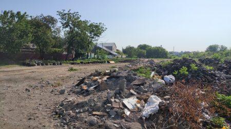 У Кропивницькому під житловий масив кілька років звозять будівельне сміття. ФОТО