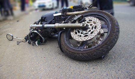 """У Новомиргороді неповнолітній на мотоциклі врізався в """"швидку"""" і загинув, пасажирка – в лікарні"""