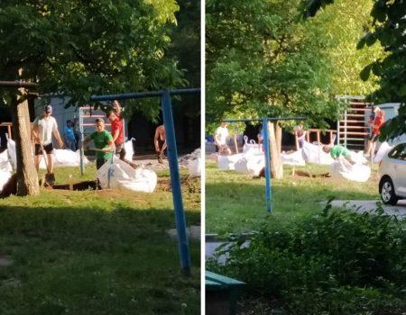 У Кропивницькому у дворі багатоповерхівки почали будувати гараж, жителі проти