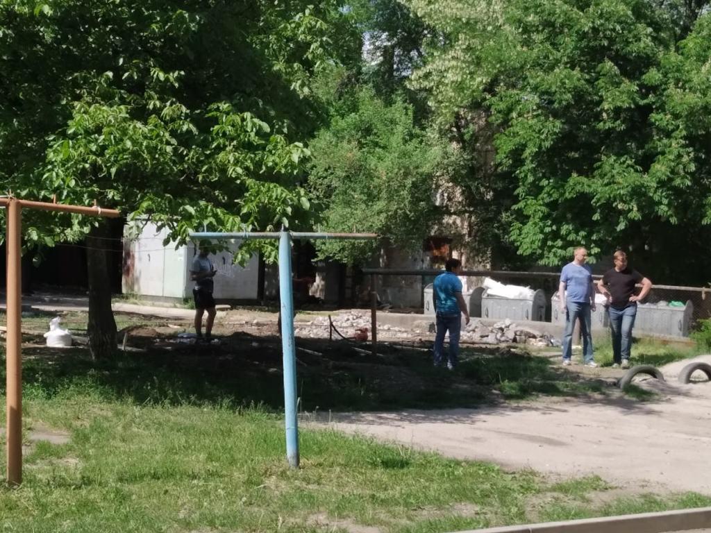 Без Купюр У Кропивницькому у дворі багатоповерхівки почали будувати гараж, жителі проти Життя  Олег Лунгул Кропивницький гараж