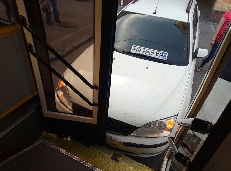 Тролейбус, у який в'їхала автівка у Кропивницькому, працює на маршруті - 3 - За кермом - Без Купюр