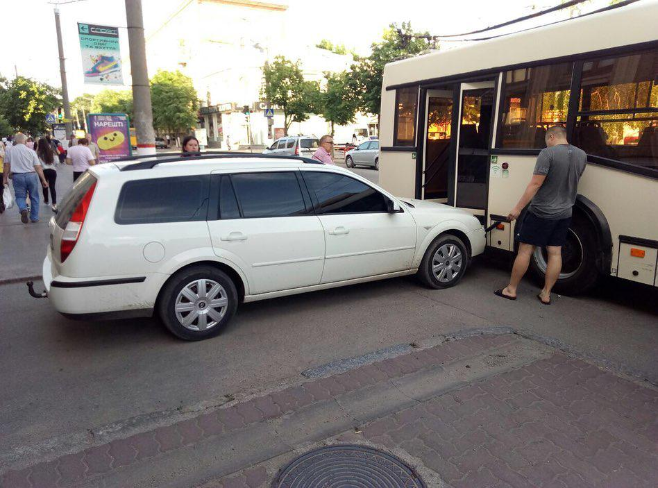 Тролейбус, у який в'їхала автівка у Кропивницькому, працює на маршруті - 1 - За кермом - Без Купюр