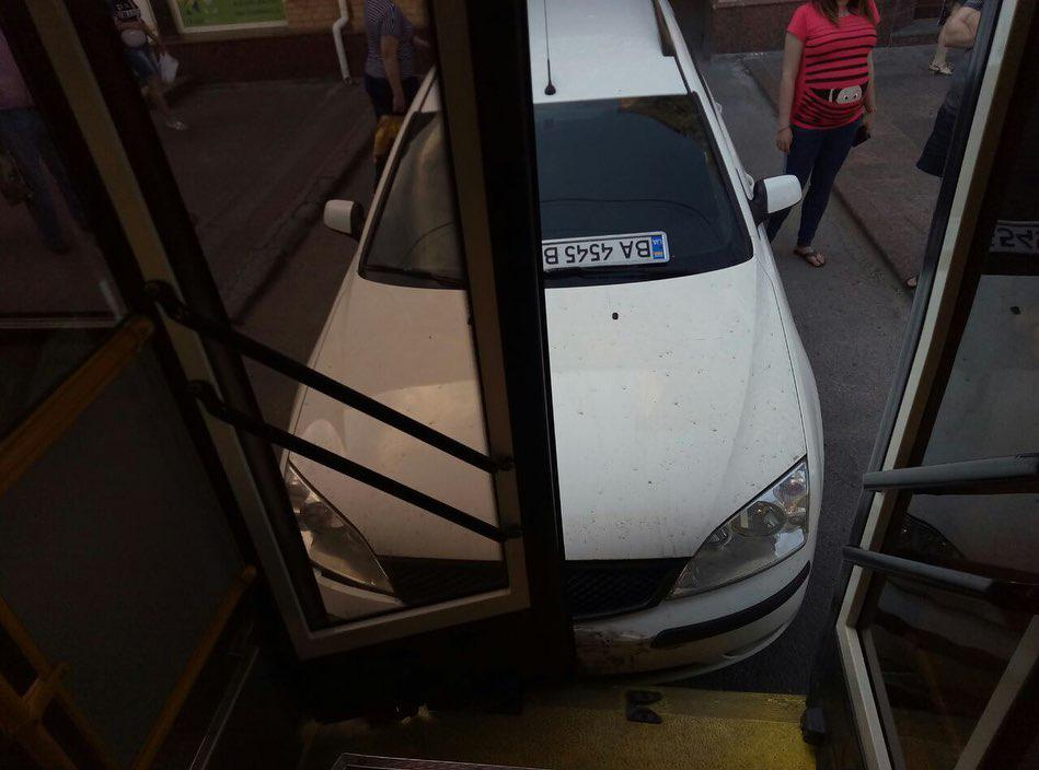 Тролейбус, у який в'їхала автівка у Кропивницькому, працює на маршруті - 2 - За кермом - Без Купюр