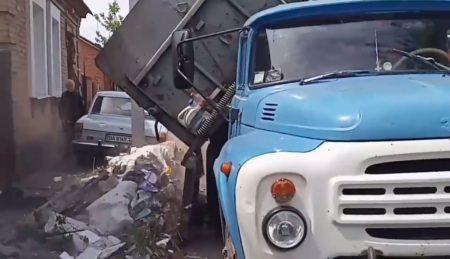 Спецінспекція Кропивницького  повернула  вантажівку будівельного сміття власнику. ВІДЕО