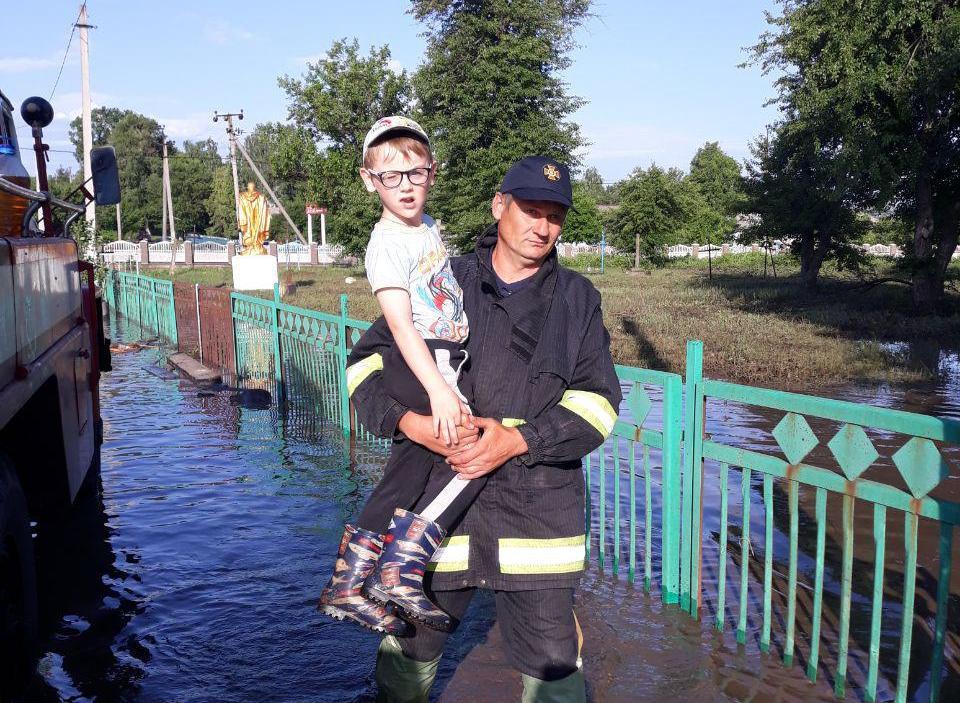 В кількох районах Кіровоградщини продовжують боротися з наслідками стихії. ФОТО - 4 - Життя - Без Купюр