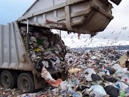 Спецінспекція Кропивницького штрафує тих, хто викидає будівельне сміття в звичайні контейнери