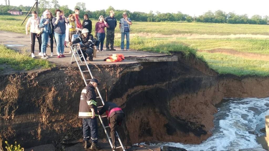 Кіровоградщина: школярі перебиралися через зруйновану дамбу, аби дістатися на ЗНО - 2 - Події - Без Купюр