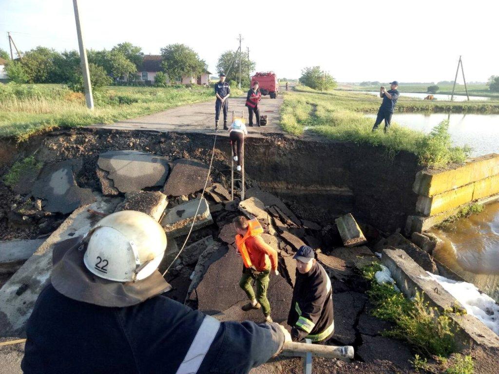 Кіровоградщина: школярі перебиралися через зруйновану дамбу, аби дістатися на ЗНО - 3 - Події - Без Купюр