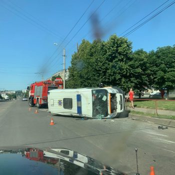 """ДТП у Кропивницькому: перекинулася """"швидка"""" та зіштовхнулися три автівки. ФОТО"""