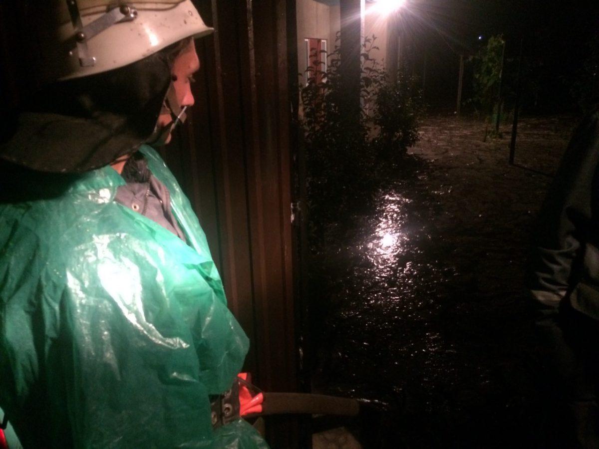 В кількох районах Кіровоградщини продовжують боротися з наслідками стихії. ФОТО - 5 - Життя - Без Купюр