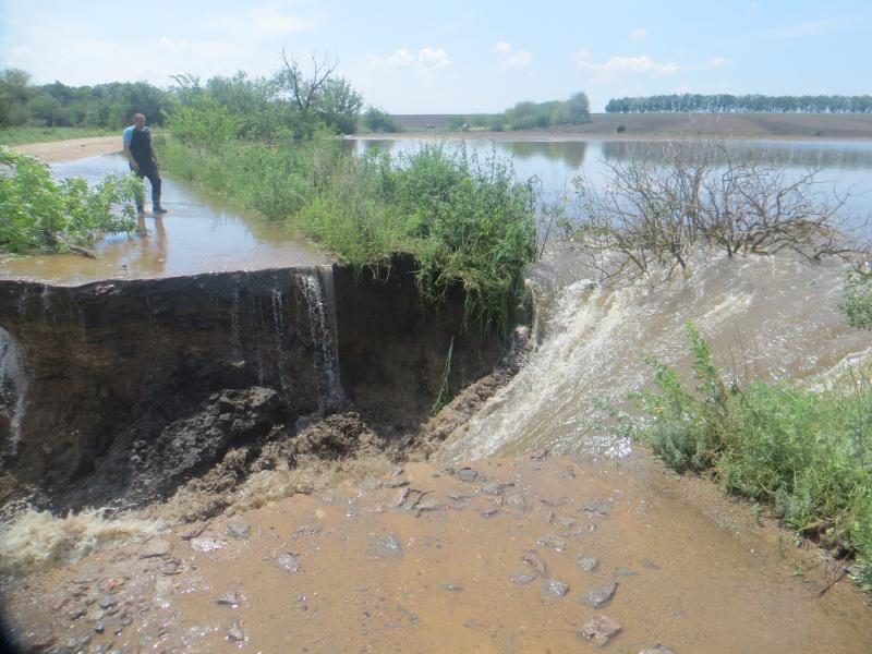 В кількох районах Кіровоградщини продовжують боротися з наслідками стихії. ФОТО - 3 - Життя - Без Купюр