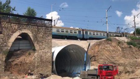 Сьогодні в Кропивницькому відновили рух потягів,  призупинений на час будівництва арки. ВІДЕО