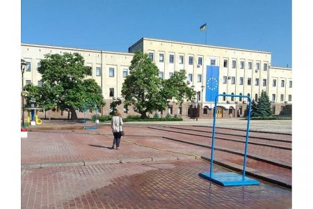 На площі Героїв Майдану в Кропивницькому встановили водорозпилювальні рамки. ФОТО