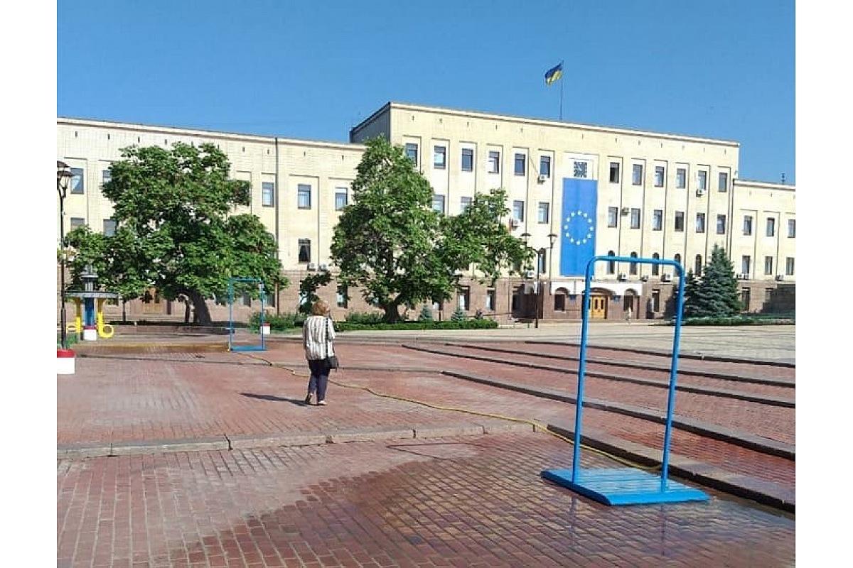 На площі Героїв Майдану в Кропивницькому встановили водорозпилювальні рамки. ФОТО - 1 - Життя - Без Купюр