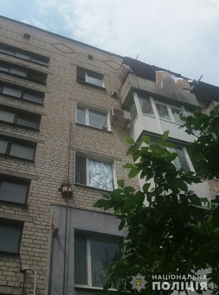 Без Купюр На Кіровоградщині поліцейські врятували дівчинку, що ледве не впала з 5-го поверху. ФОТО Події  поліція Кіровоградщина дитина вікна