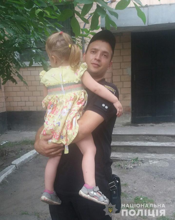На Кіровоградщині поліцейські врятували дівчинку, що ледве не впала з 5-го поверху. ФОТО - 2 - Події - Без Купюр
