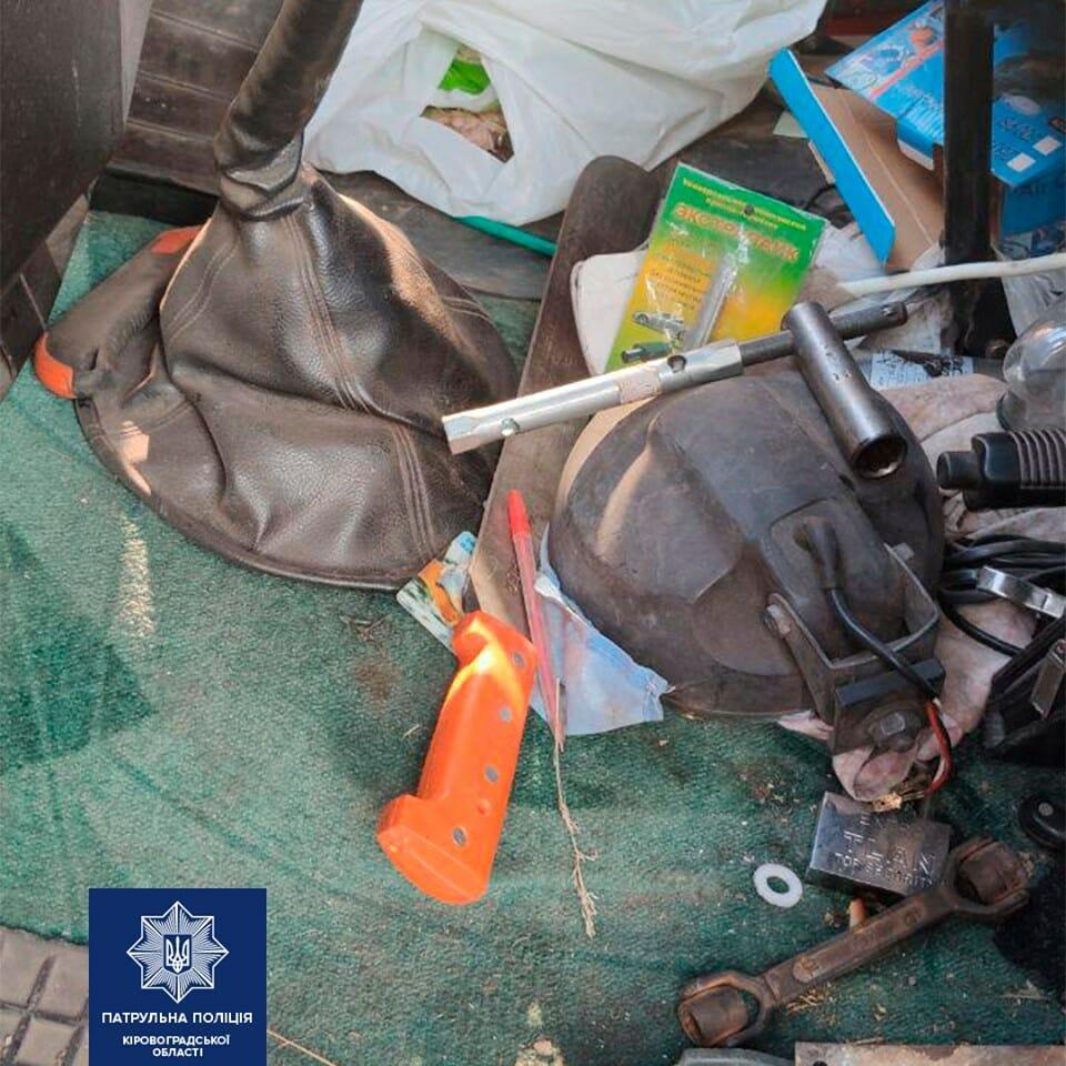 Патрульні виявили водія напідпитку з предметом, схожим на холодну зброю. ФОТО - 2 - Кримінал - Без Купюр